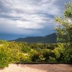 Donkere wolken pakken zich samen boven Plan-de-la-Tour