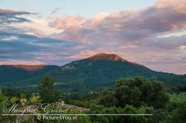 Het avondlicht op de wolken en de bergen van Plan-de-la-Tour
